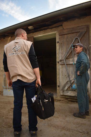 Arrivée-conseiller-en-élevage-salutation-avec-éleveur